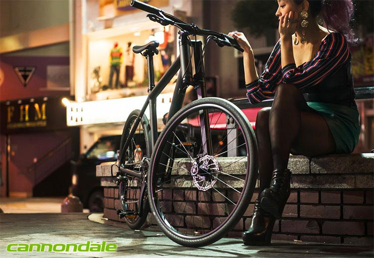 Una biker urbana a fianco di una bici Bad Boy della Cannondale