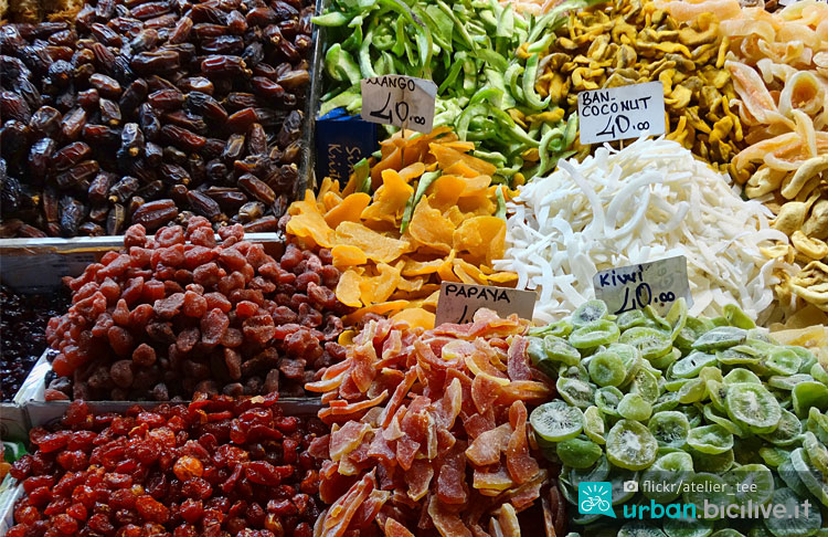 frutta secca disidratata al mercato