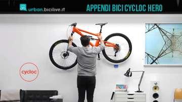 uomo appede la bici con cycloc hero
