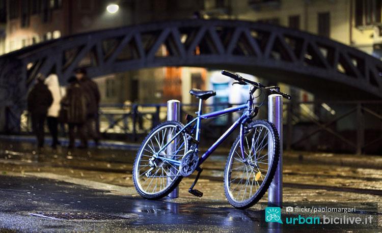 bicicletta parcheggiata a milano