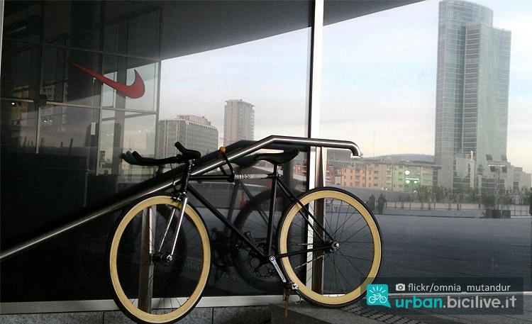 bici parcheggiata in piazza gae aulenti