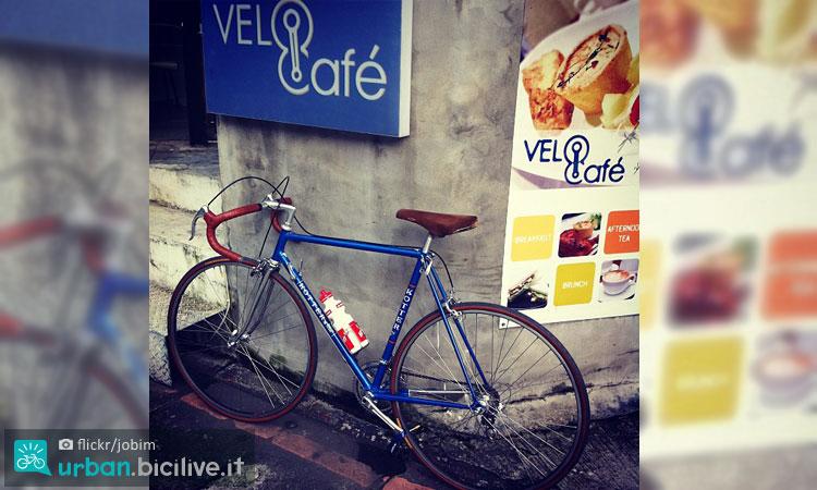 bicicletta all'esterno di un bike café
