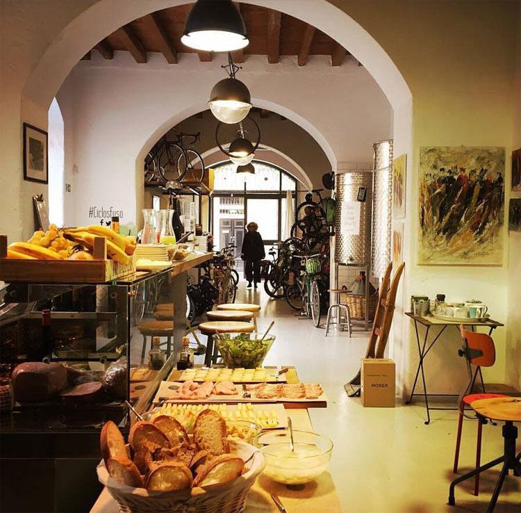 L'interno del bycicle café Ciclosfuso a Milano