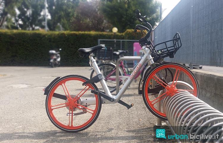 bici mobike parcheggiata