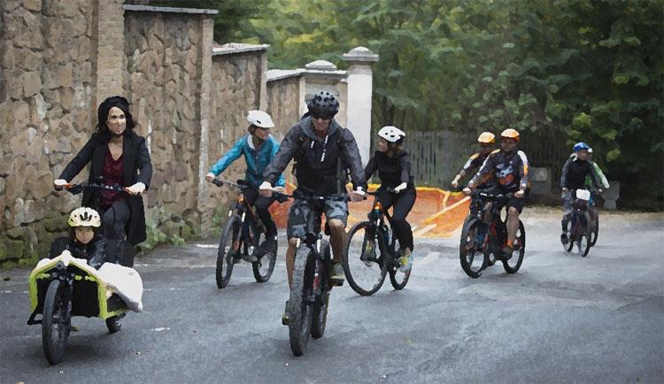 Appassionati di biciclette provano le novità della stagione nel corso di una fiera