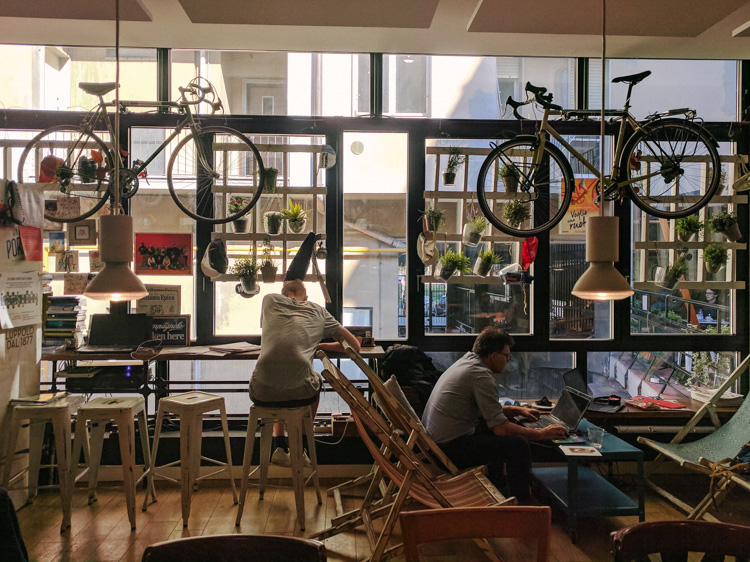 La sala principale dell'Upcycle Café di Milano