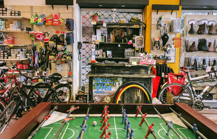 Gli interni del negozio di biciclette e bicke cafè REcicli a Milano