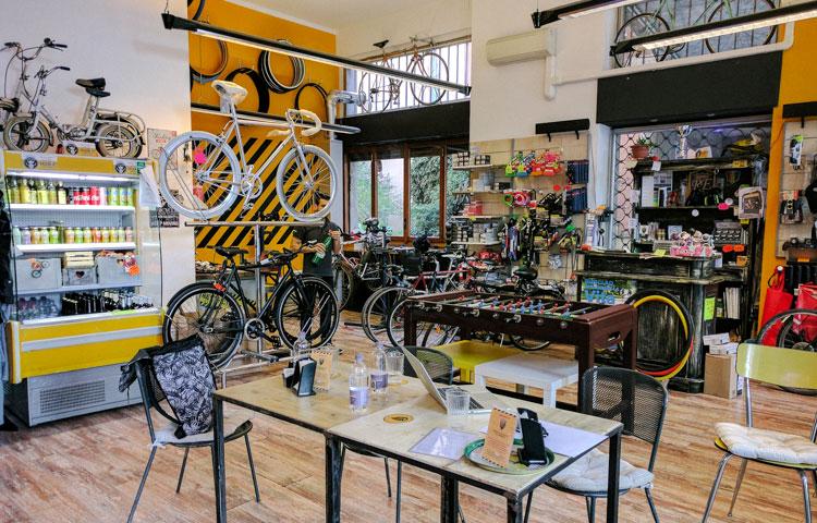 L'interno del bicke cafè e negozio di bici REcicli a Milano