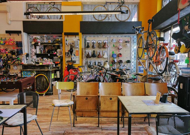 Gli spazi del negozio e bike cafè REcicli di Milano