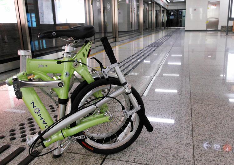 Una bici pieghevole ripiegata su se stessa