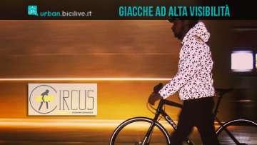 ciclista con giacca riflettente ad alta visibilità urban circus