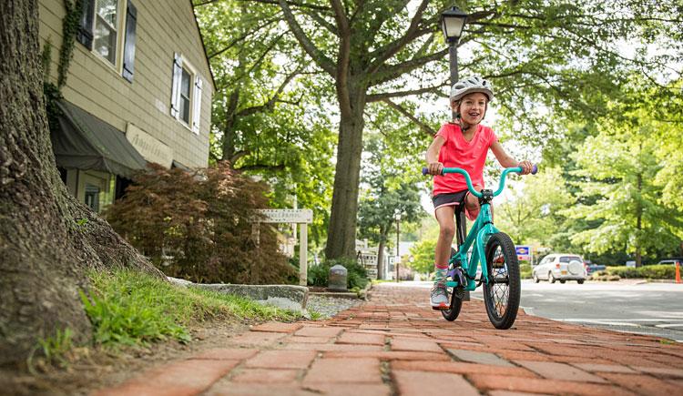 bambina con bicicletta cannondale