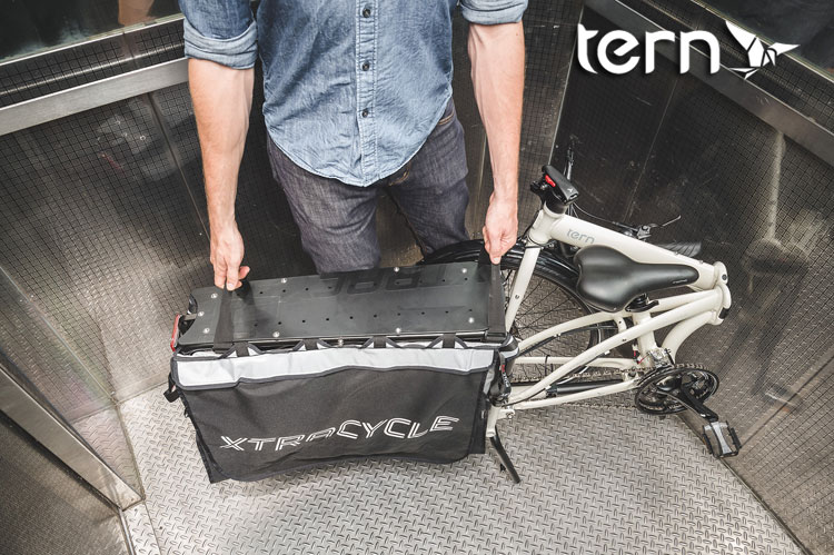 Bicicletta Tern Cargo Node ripiegata in ascensore