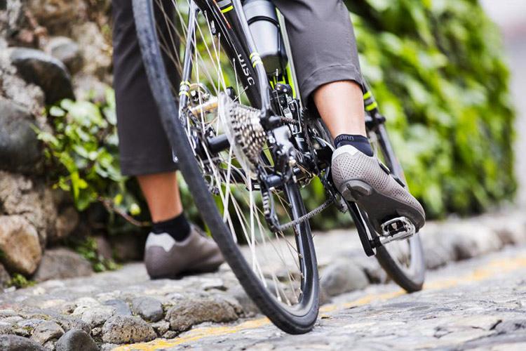 una ciclista in ambito urbano