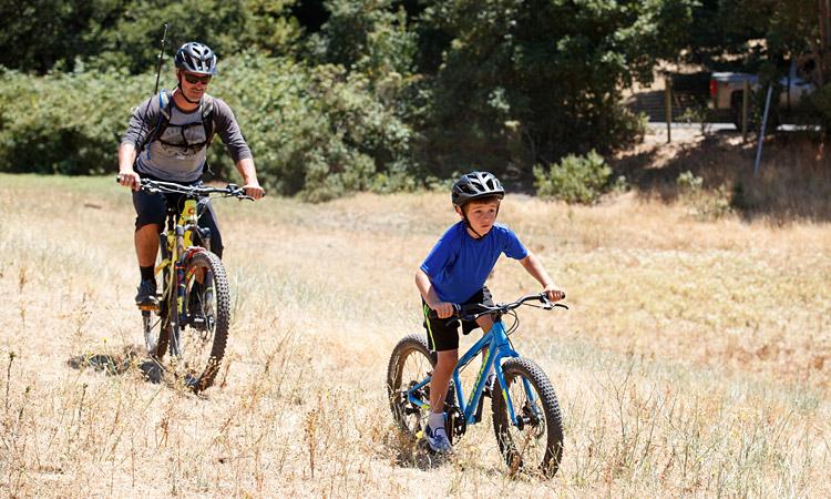 genitore e figlio con bici della linea kid correct di cannondale