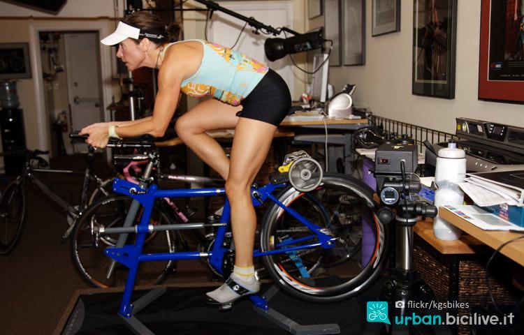 ciclista si allena sui rulli in casa
