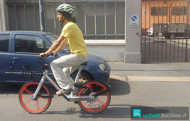 ciclista pedala su una bicicletta mobike a Milano