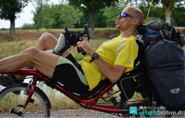 ciclista viaggia con sereno seguendo la traccia gps