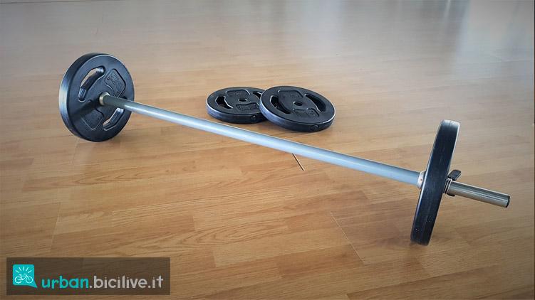 bilanciere e dischi per esercizi in palestra
