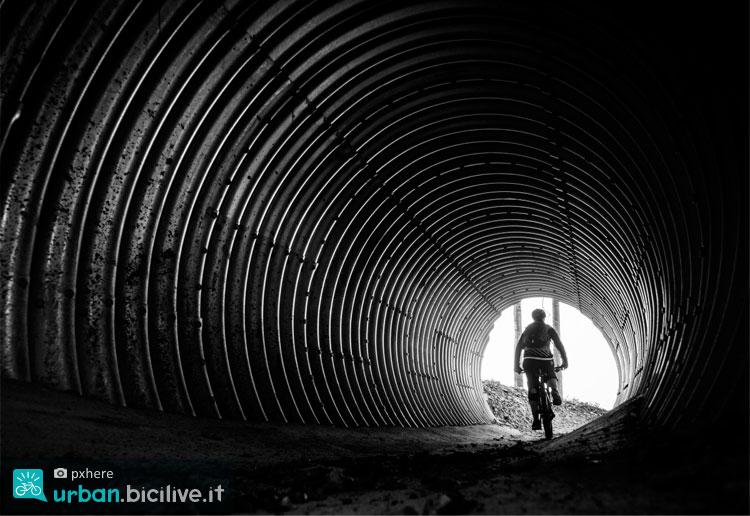 fotografia street con bici in b/n
