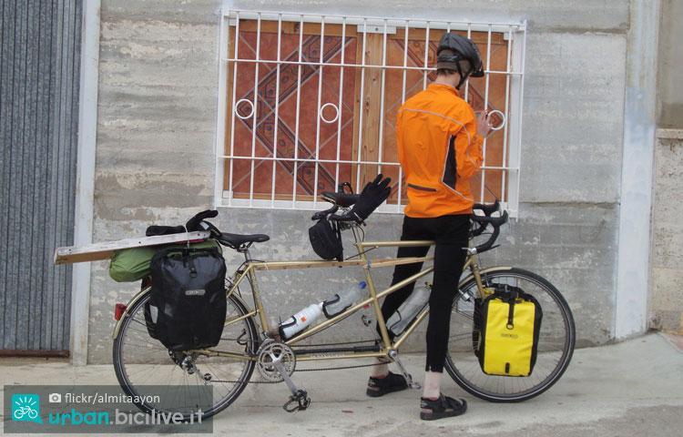 cicloturista consulta la traccia gps caricata