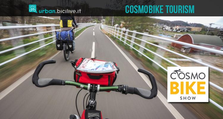 cicloturisti impegnati in un viaggio in bicicletta