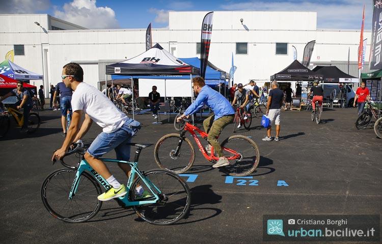 visitatori di CosmoBike testano una bicicletta