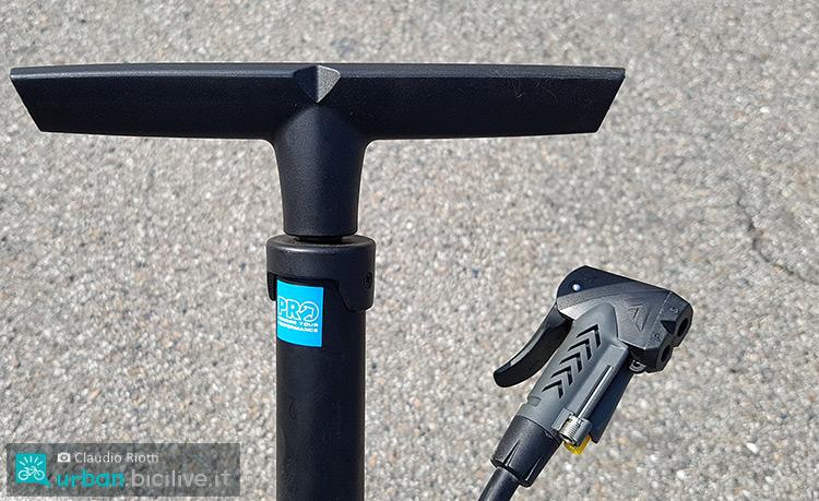 foto dell impugnatura e l'attacco della pompa per bici PRO Sport.