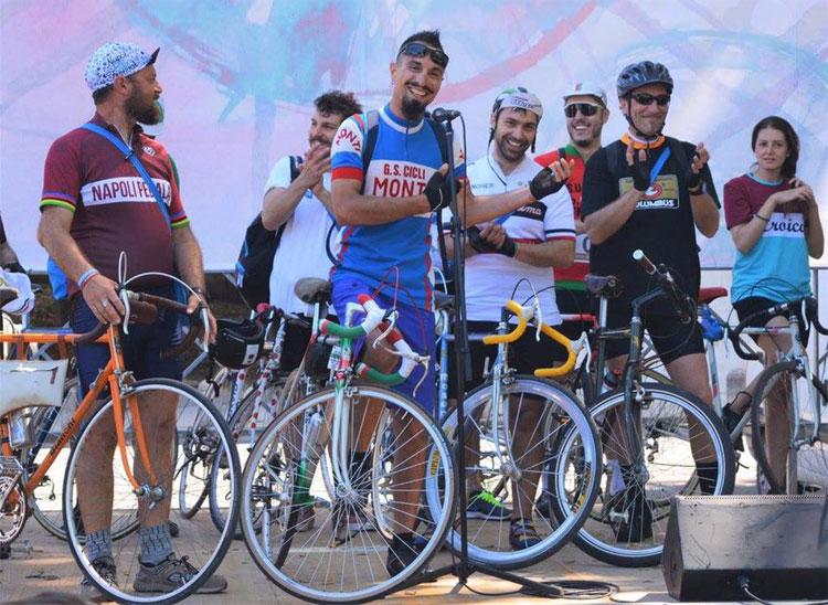 Ciclisti che partecipano a La Vulcanica