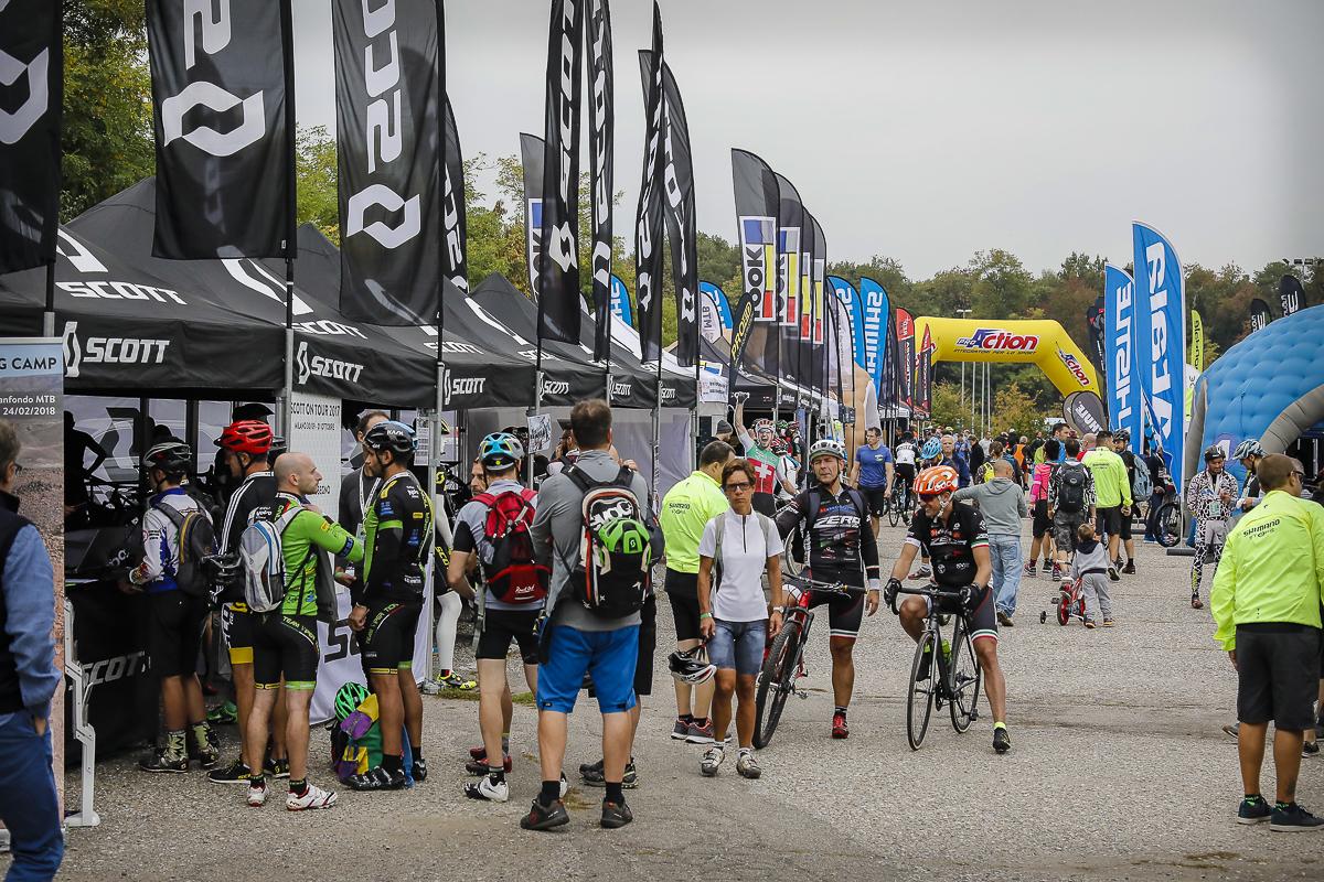 Appassionati di biciclette visitano gli stand dei migliori marchi al bike tour