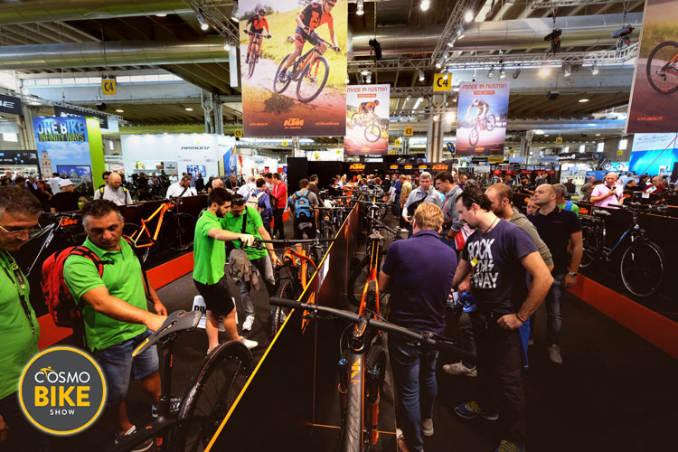 Tanti appassionati di biciclette nei corridoi della fiera CosmoBike Show
