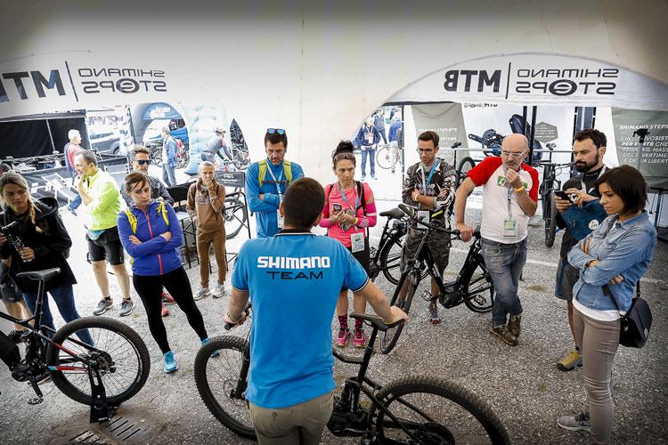 Appassionati di bici allo stand Shimano al bike tour 2017