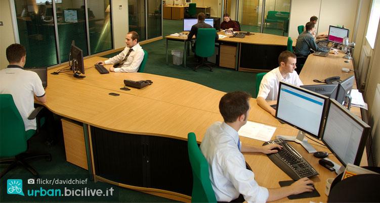lavoratori in ufficio con problemi di postura