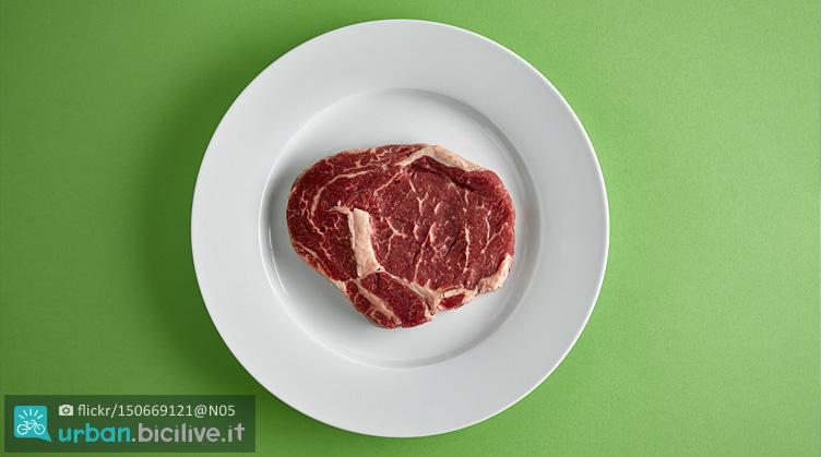 piatto con bistecca ricca di proteine