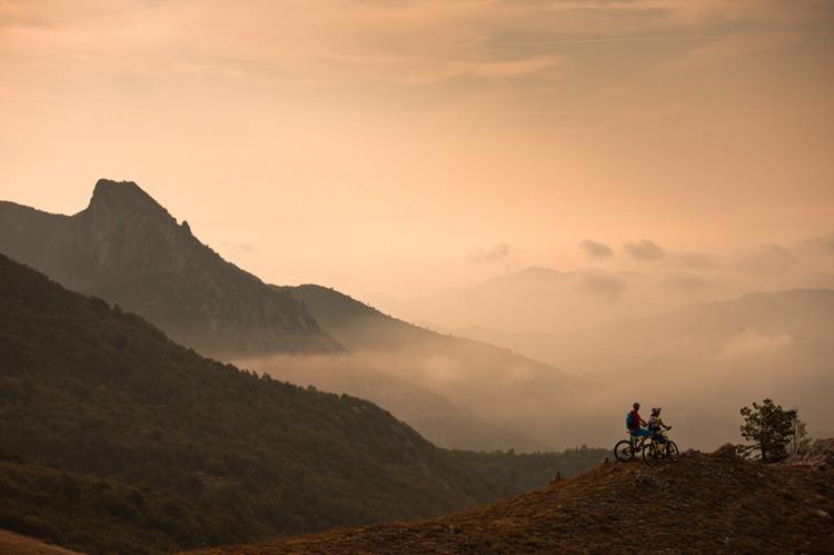 Ciclisti in viaggio nella Natura