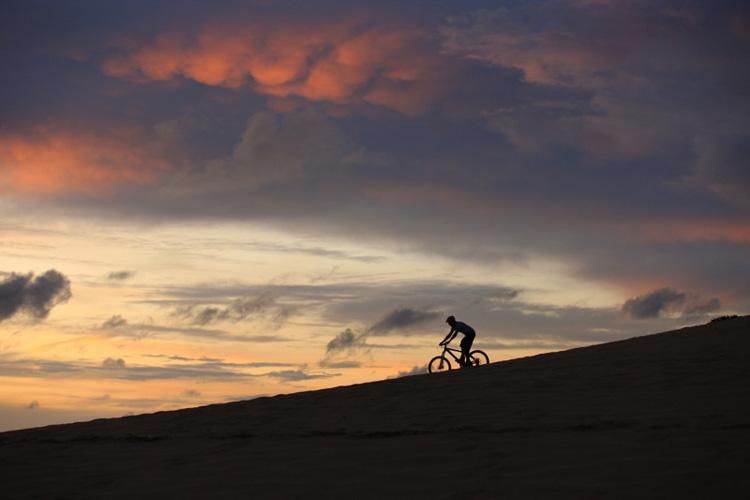 Un ciclista solitario pedala nella Natura