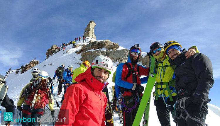 amici in vetta dopo una gita di scialpinismo
