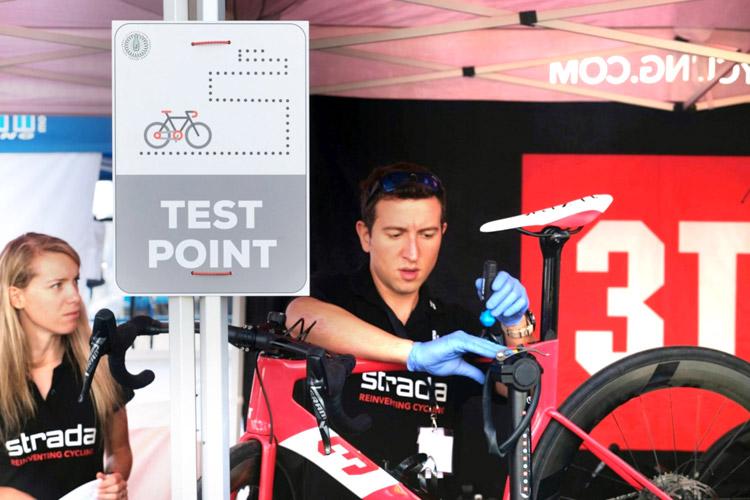Meccanico sistema una bici al test poin di CosmoBike