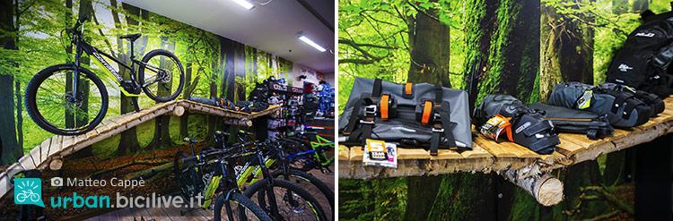 foto bici Corratec e gli accessori come le borse Ortlieb.