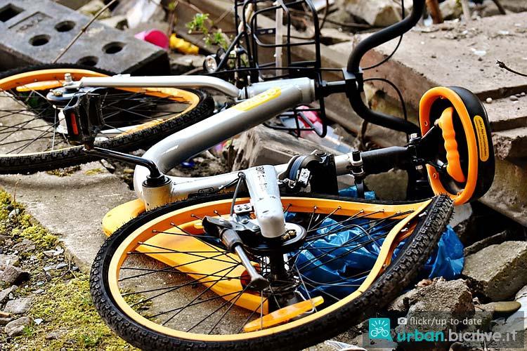bici del bike sharing vandalizzata