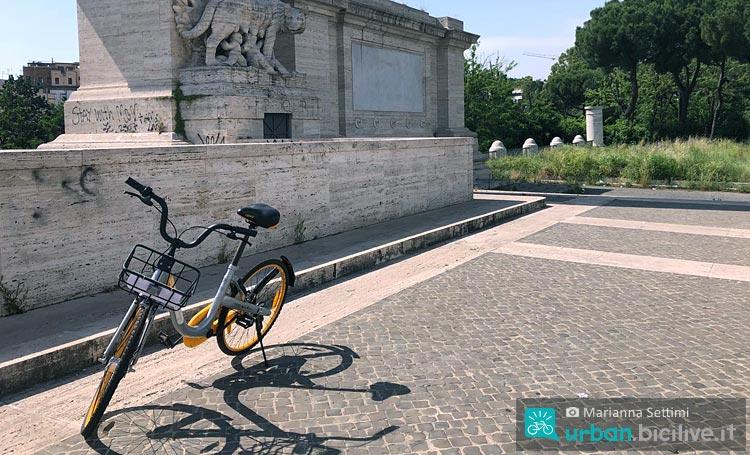 bicicletta Obike parcheggiata a Roma