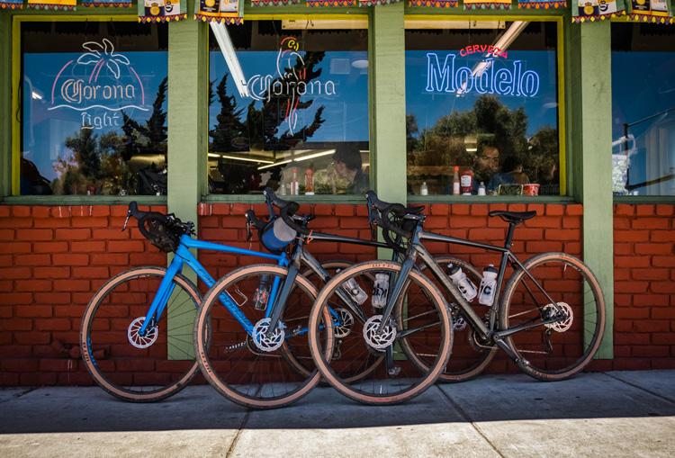 Tre biciclette Topstone della Cannondale parcheggiate fuori da un locale