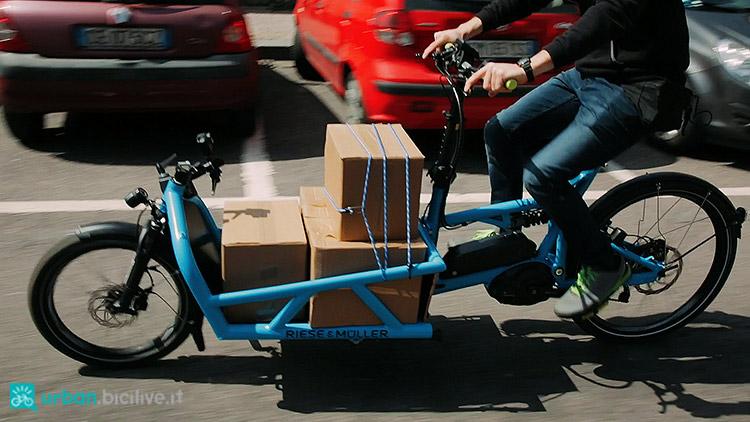 Una cargo bike elettrica che trasporta merci in città