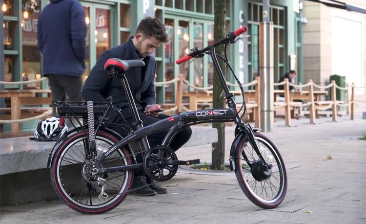 Una bicicletta pieghevole elettrica in ambiente urbano