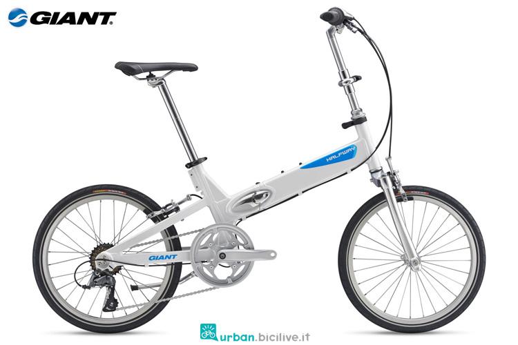 Una bici da città pieghevole Giant Halfway