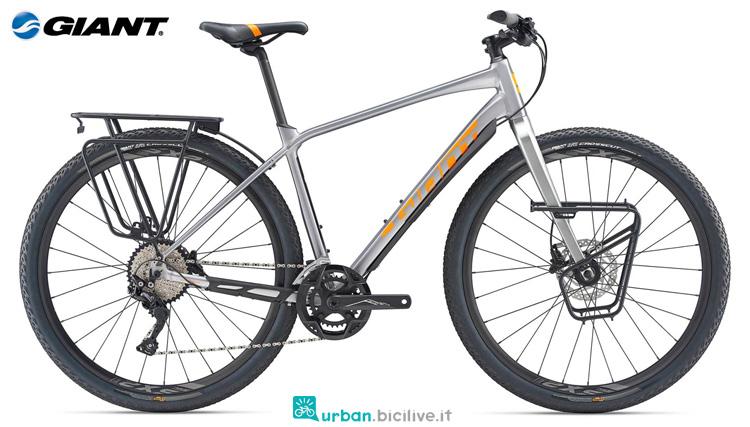 Una bicicletta Giant ToughRoad SLR 1 2019