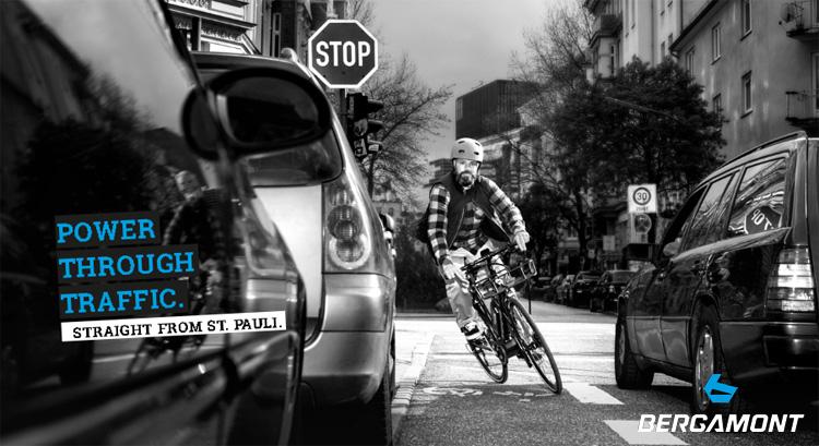 Un ciclista pedala nel traffico in sella a una bici Bergamont