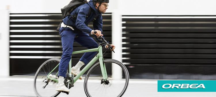 Ciclista per le vie della città in sella a  una bici Orbea