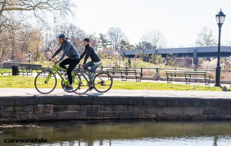 Ciclisti pedalano in un parco di città