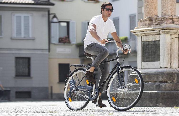 uomo pedala in città con una Bianchi 2019